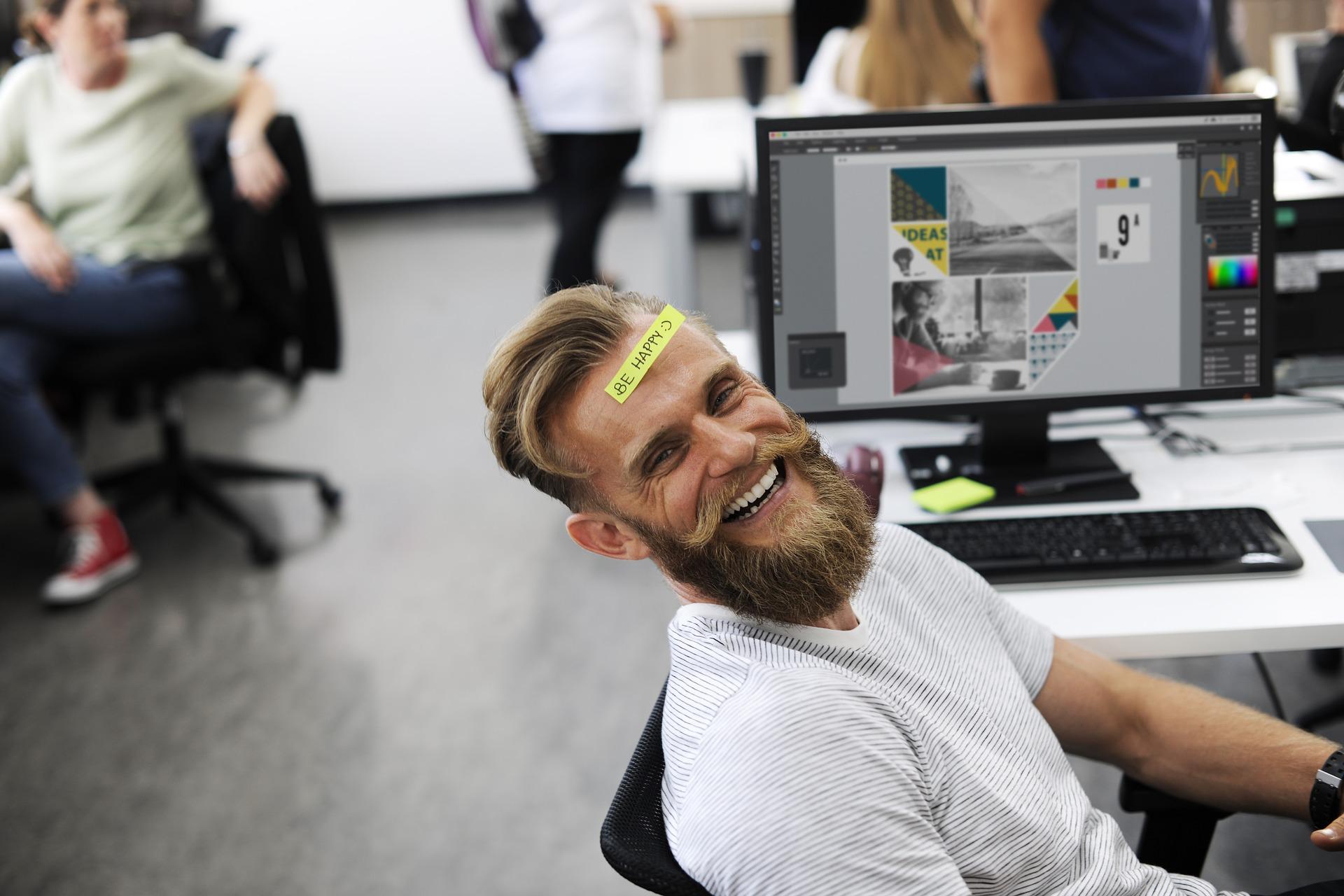 Glücklicher Mann im Büro